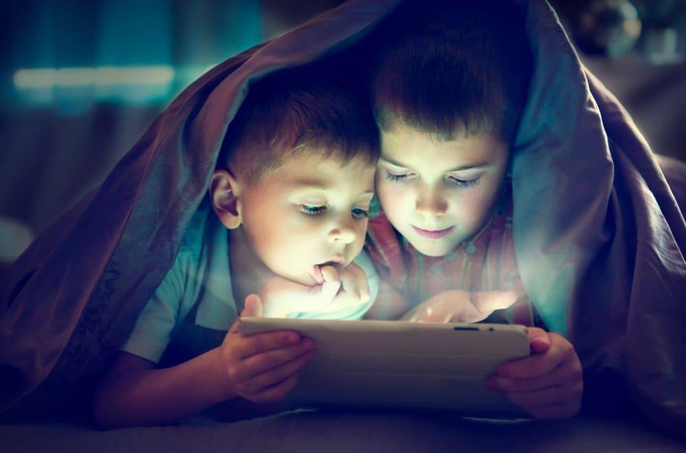 Uso de telas por crianças antes de dormir